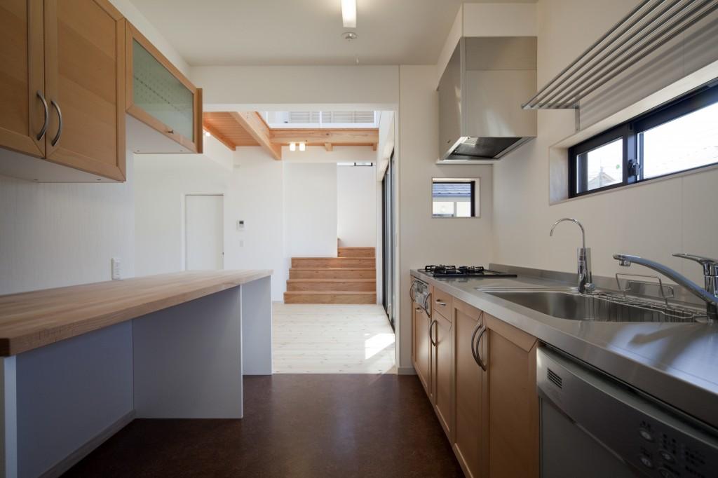 三重県津市 建築家との家づくり 独立型のキッチンです。お料理に集中できます。吊り下げ棚にも収納できます