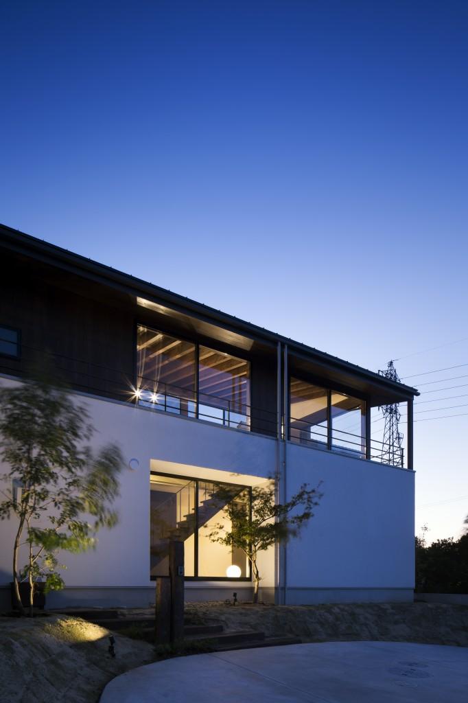 三重県鈴鹿市 建築家との家づくり 注文住宅 塗り壁と木製の外壁 外観をライトアップ