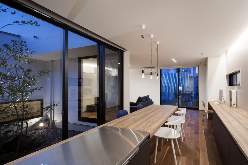 三重県 菰野町の家  中庭の家 ダイニングテーブルと一体式のオーダーキッチン