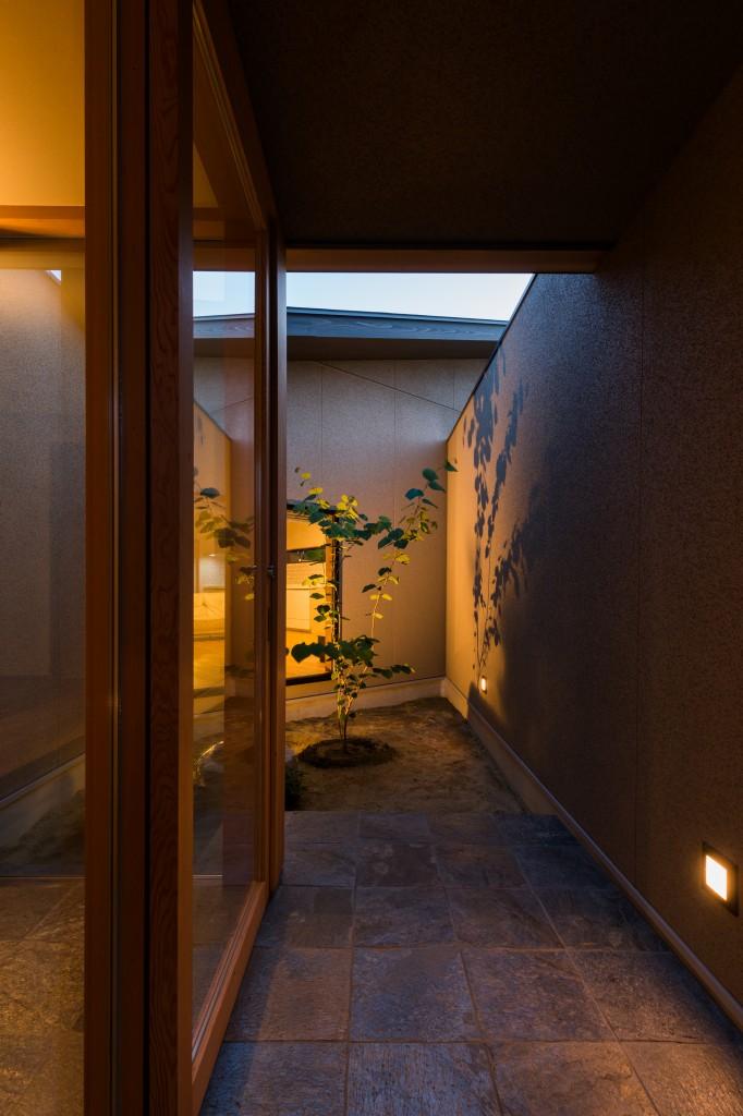 三重県津市 建築家の家 玄関ポーチ 通り土間 坪庭 和モダンの注文住宅