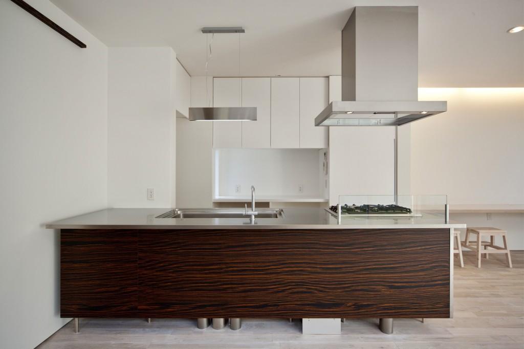 三重県 建築家との家づくり こだわりのキッチン トーヨキッチンのオープン対面式 木目のパネル キッチンです