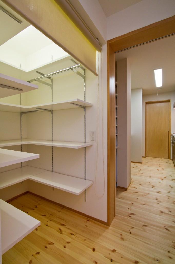 食品庫 大きなスペースとして設ける 大容量収納 棚のつけ方がポイント