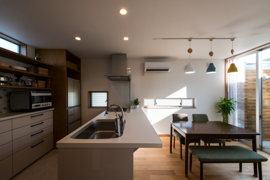 キッチン本体をメインに お好みの色を選ぶ オープンキッチン 開放感 家事をしながら家族とコミュニケーションが取れる