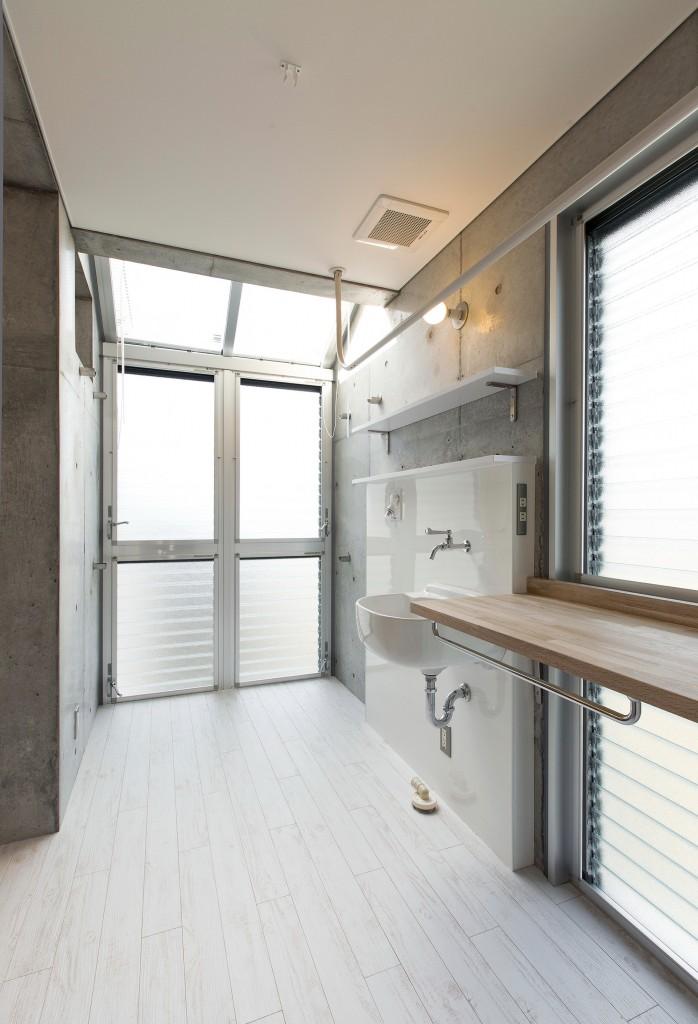 物干し部屋 手前の台で洗濯物を畳んだり、アイロンをかけたりできる 網戸にできるドアで風を通すことも