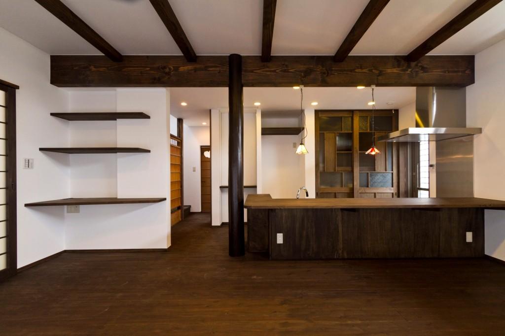 少し壁を立ち上げると手元が隠れます リビング側は床と同じ素材で統一感を カウンター有り 後ろは引き違い戸で全て隠す収納