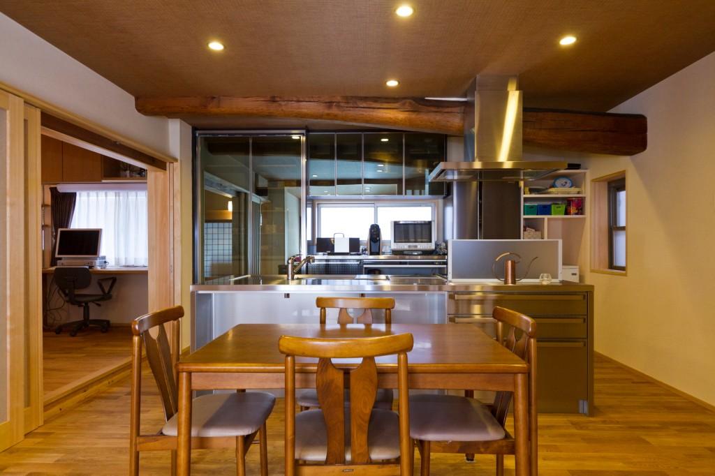 キッチンに対してダイニングテーブルを対面置き キッチンから下を隠すことができる 横並びに比べてコンパクトなスペースで造れる