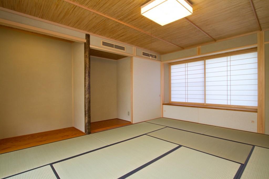 和のテイストが強い和室 1帖の畳 格子の障子 仏間 床の間 床柱に錆丸太