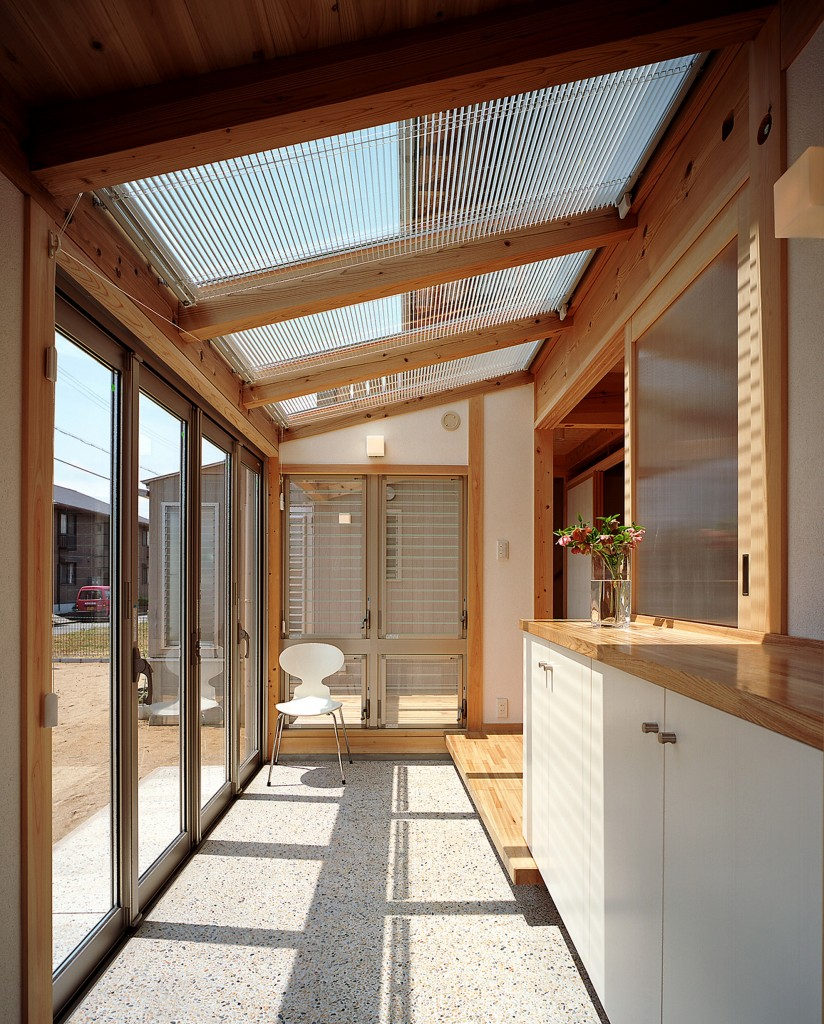 下を土間にすることも 家の一部なので外観に統一感がでる ブラインドの開け閉めで太陽光の調節ができる