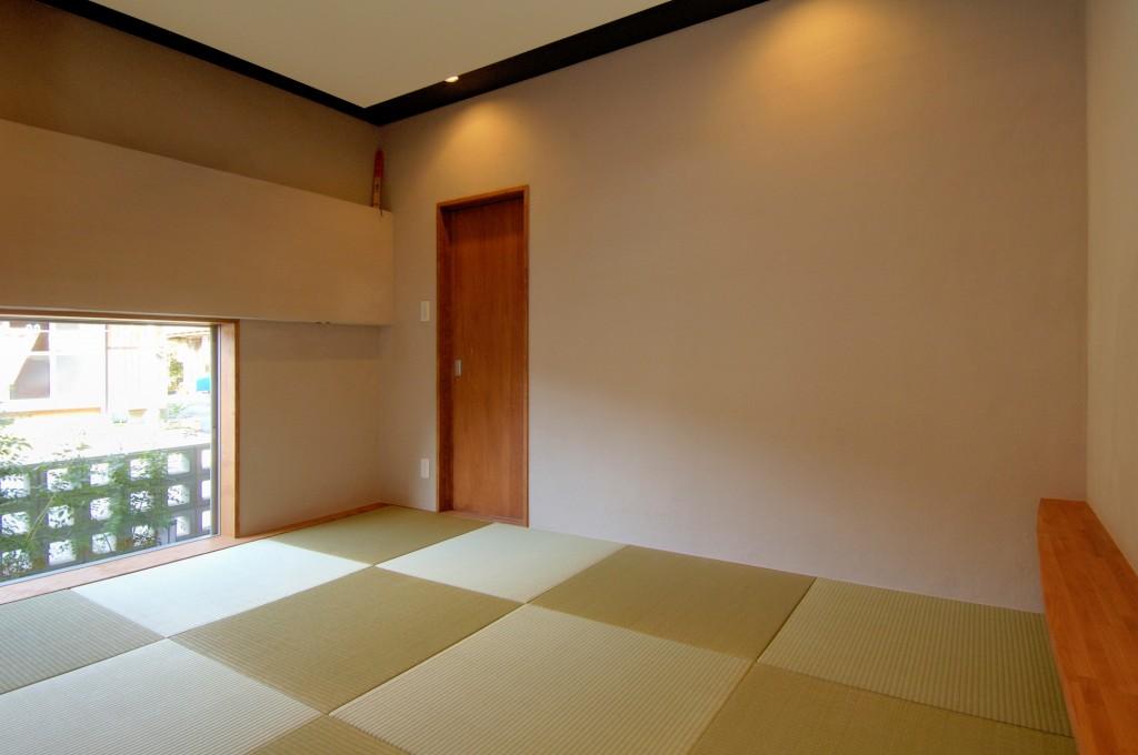 シンプル、モダンな和室 天井は高さ、色を変えて変化をつける 壁を照らす照明配置 ナチュラルな扉