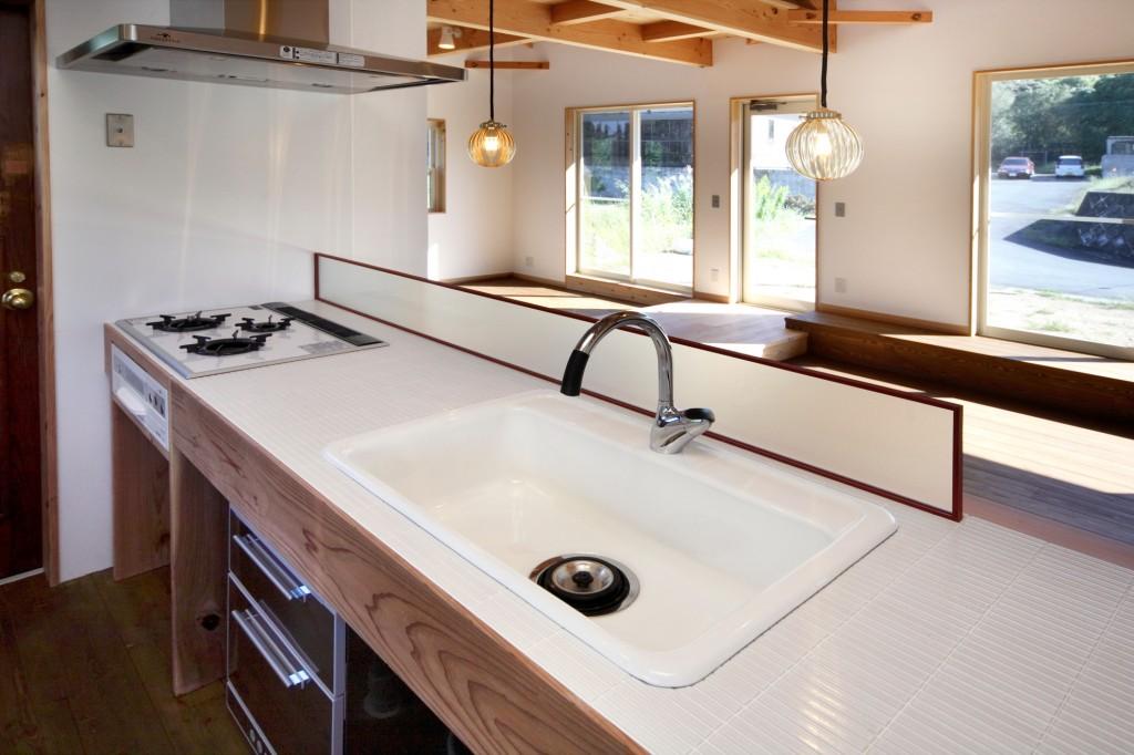 造作キッチン 天板はタイルで仕上げお手入れしやすくおしゃれに 手元が全て見えない工夫も