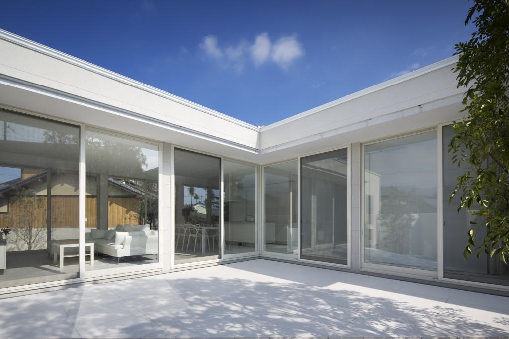 三重県 建築家 中庭 白い家 タイルのデッキ