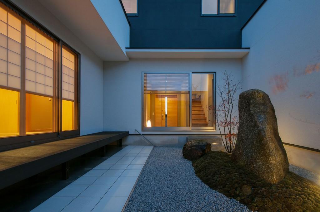 三重県津市 建築家がつくる家 中庭 濡れ縁デッキ 鏡石のある庭