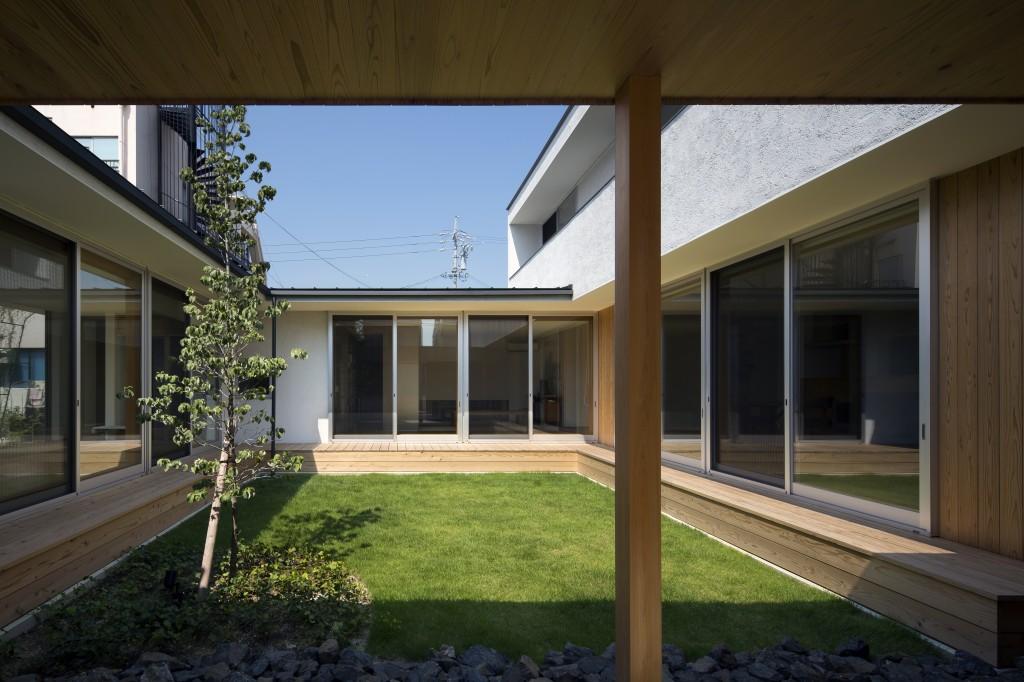 三重県 建築家 中庭 芝生の庭 縁側デッキ