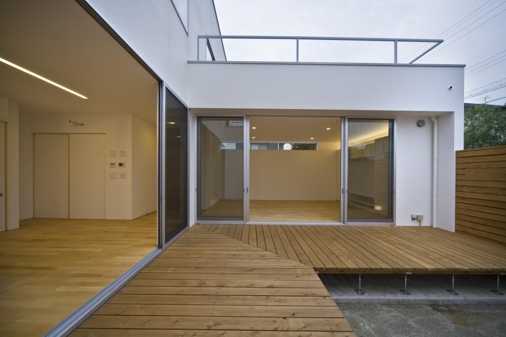 三重県名張市 建築家との家づくり 中庭 Ⅼ型配置のウッドデッキ 大解放サッシ