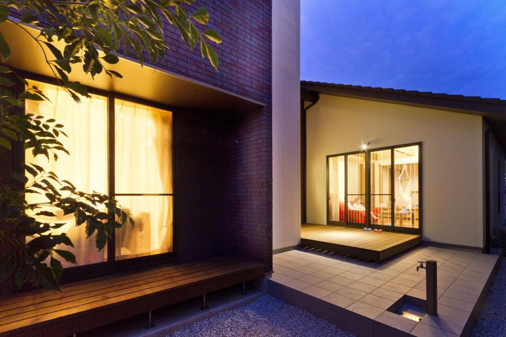 三重県津市 建築家の住宅 中庭 ウッドデッキとタイルデッキ