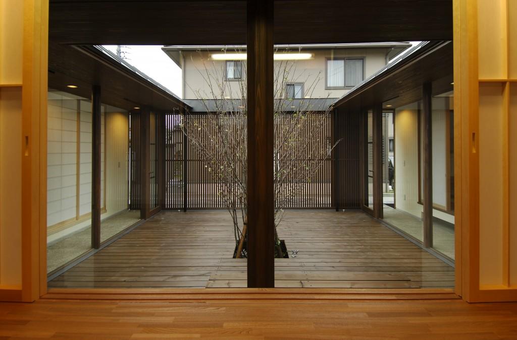三重県鈴鹿市 二世帯住宅 中庭の家 大黒柱のある家 ウッドデッキ