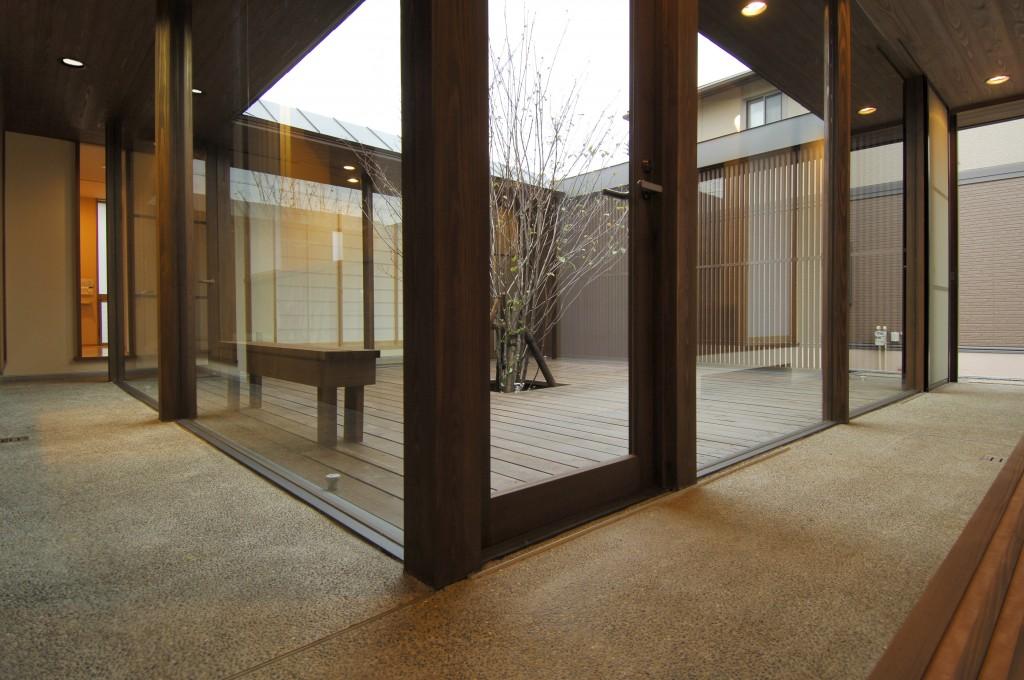 三重県鈴鹿市 通り土間のある家 木製サッシ 中庭