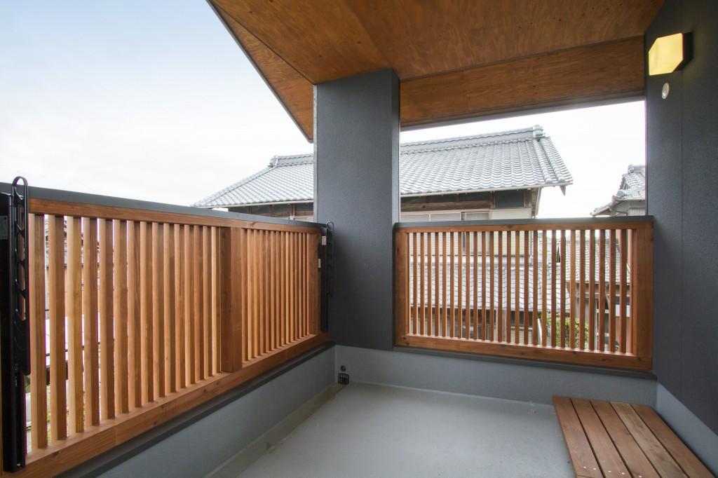 三重県四日市市 大屋根のあるバルコニー 縦格子の手すり 大きなベランダ