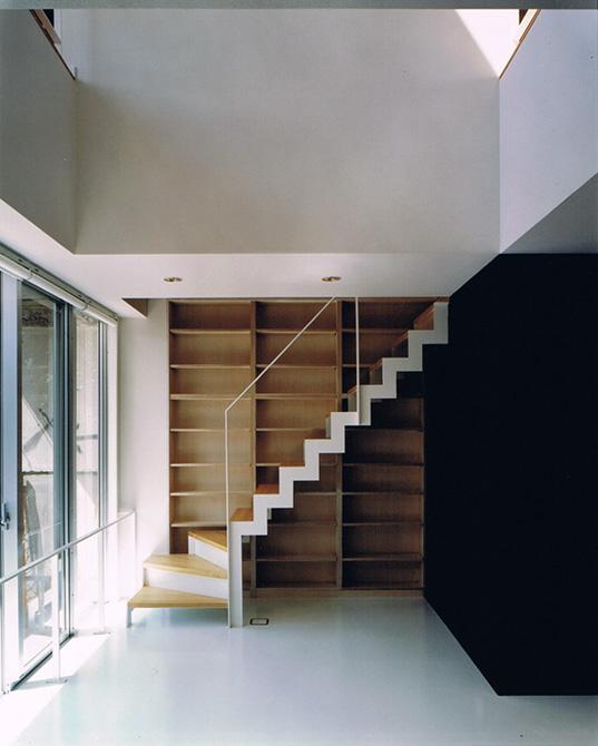 オープン階段 鉄骨 ホワイト 壁面収納