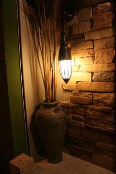 バリ風にデザインした照明と壺