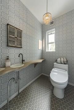 おうちカフェ、ナチュラルハウス、三重県津市、シックな模様クロスが主役のトイレ