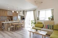 ネコと暮らす中庭のある家、三重県津市、開放感ある勾配天井のリビング