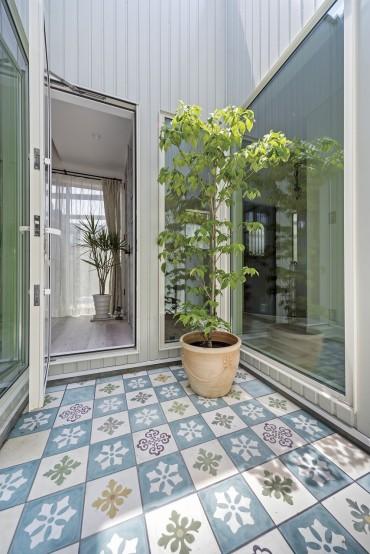 ネコと暮らす中庭のある家、三重県津市、光射す中庭