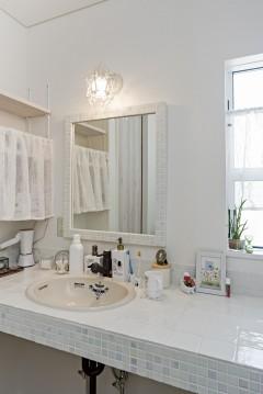 ネコと暮らす中庭のある家、三重県津市、オリジナルデザインの洗面スペース