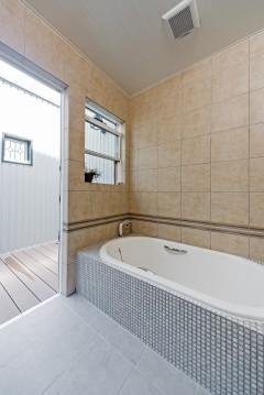 ネコと暮らす中庭のある家、三重県津市、オリジナルデザインのバスルーム
