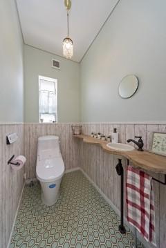 ネコと暮らす中庭のある家、三重県津市、グリーンを基調、ナチュラルインテリアのトイレ