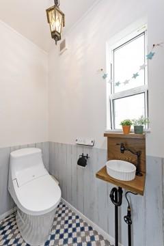 ナチュラルハウス、吹き抜けのある家、三重県津市、ナチュラルデザインのトイレ