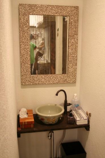 洗面所の鏡もココナッツミラーでアジアンに