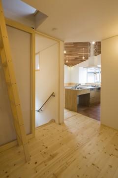 キッチン 階段 梯子 円相の家 建築家 梶浦 博昭