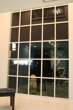 大きな格子窓はキッズルーム Belive株式会社