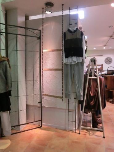 アイアンのハンガー等に映える衣服と壁
