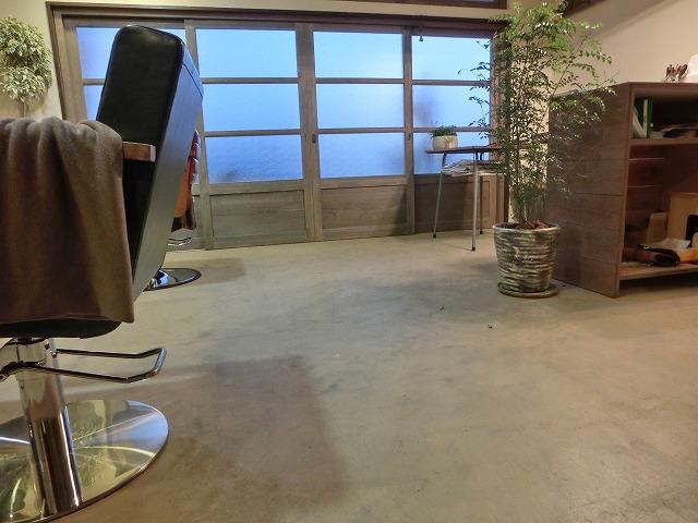 室内から見たデザイン 塗装床 木製引き戸