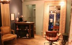 シンプルなアンティークカウンター 美容室アコット