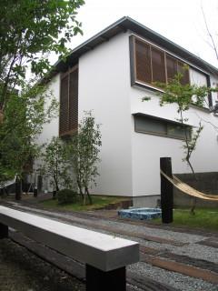 旅館 建築家 竹中 アシュ 部屋 木 自然 海の近く 外観 裏庭