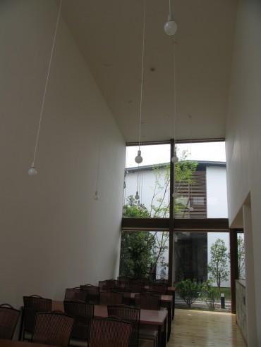 食堂 広い 大きな窓 ナチュラル旅館 建築家 竹中 アシュ 部屋 自然