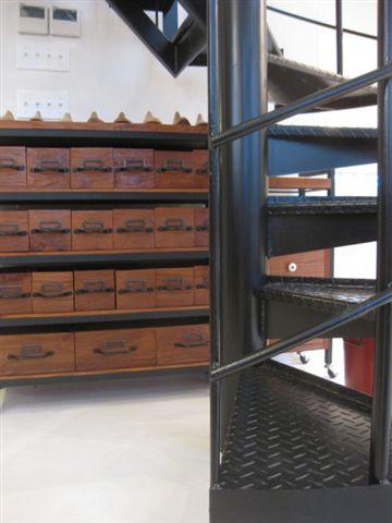 螺旋階段と収納棚