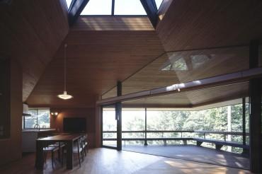 浅向荘 建築家 アトリエ ガク 写真家 上田 宏 天井 窓 キッチン リビング