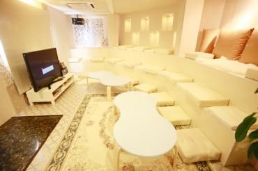 白を基調とした高級感のあるスタジアム座敷