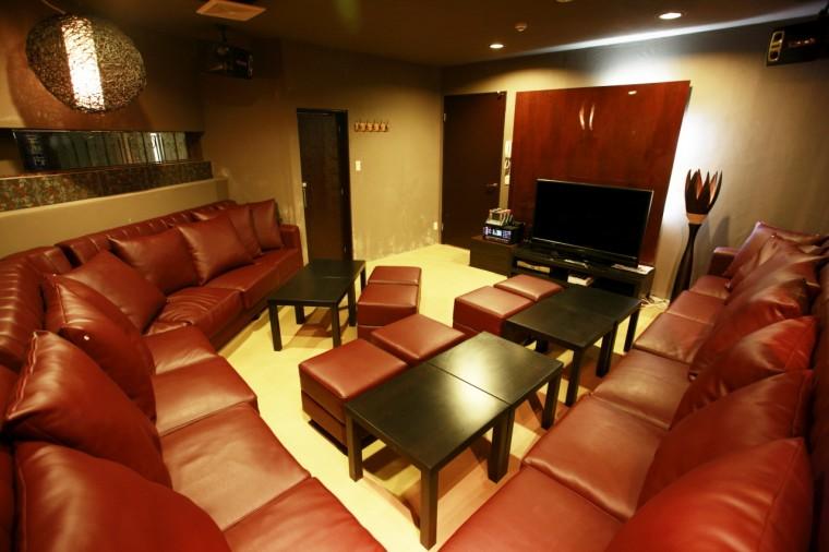1階のフロアは金の鏡や照明が調和した高級感のある空間に