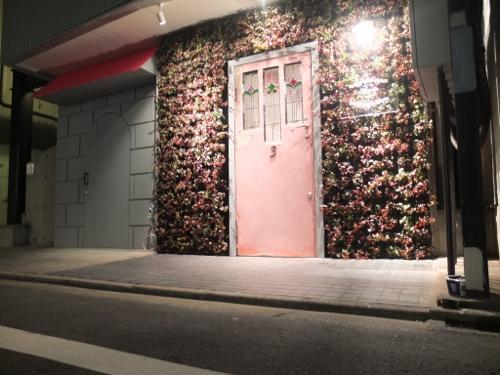 ステンドグラスでピンクの玄関ドアの美容室 コッテ