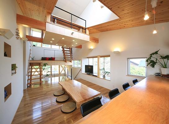 リビング 階段 吹き抜け テーブル 机 椅子 五層の家 建築家 梶浦 博昭