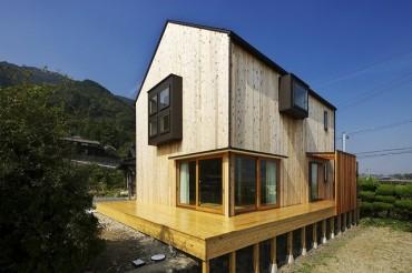 高床式、木の家、木の窓、木の枠、木のドア、新築住宅、注文住宅、設計デザイン