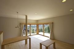 コーナー窓、山の景色、手作り家具、木の香り、床柱、ペンダント照明、四日市