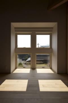 上下の窓、明かり、光、風、太陽光、窓の奥行き、無垢フローリング、梁デザイン