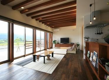 山香の家 建築家 梶浦 博昭 キッチン リビング 机 テーブル テレビ