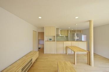 室内インテリア、外壁、木の床、無垢、漆喰、白の壁、天然フローリング 四日市